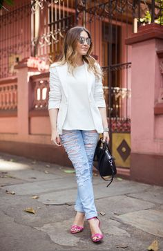 Look básico, com calça rasgada e sapato pink