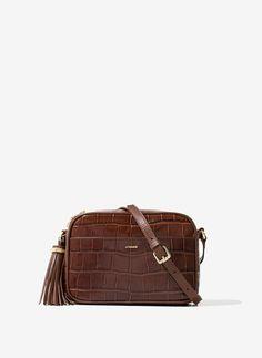 Bolsos de mujer de Uterqüe SS 2016: mochilas, maletas de viaje, bandoleras, bolsos de fiesta, de mano o de piel. Colección con piezas de edición limitada.