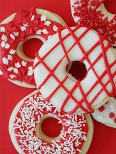 Sugar cookie recipe with maple leaf sprinkles for Canada Day Sugar Cookies Recipe, Cookie Recipes, Cookie Ideas, Mini Donuts, Doughnut, Holiday Games, Holiday Decor, Canada Day, Desert Recipes