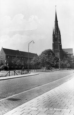 Asten,  Koningsplein, links bejaardenhuis Bartholomeus op nr. 1 en de R.K. Kerk H. Maria-Presentatie aan de Kerkstraat nr. 2. Jos Pé (fotograaf) 1950 - 1965