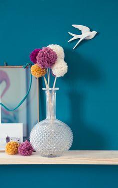 Modern-Bouquet-pompon on vintage vase Diy Arts And Crafts, Crafts To Make, Fun Crafts, Crafts For Kids, Stick Art, Pom Pom Crafts, Diy Bouquet, Home And Deco, Decoration