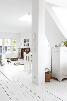 Deze witte houten vloer is het ideale decor voor al je brocante-vondsten. Photo by Jansje Klazinga JKF& paintedwoodenfloors Painted Wooden Floors, White Painted Floors, White Wooden Floor, Wooden Flooring, White Flooring, Style At Home, Amsterdam Apartment, White Rooms, Living Furniture