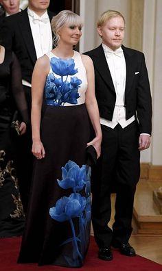 Kansanedustaja Laura Huhtasaaren puvussa kukkivat siniset printtikukat.