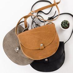 Ontwerpster Klaartje De hertog van Keecie heeft een nieuwe tas speciaal voor Mamzel ontworpen: Ons Veerle! Ben je op zoek naar een vlotte schoudertas dat niet groot en niet klein is? Dit is je compagnon voor elke dag. En dat voor de komende jaren, want de Keecie tassen zijn altijd in topleer dat mooier wordt door gebruik.  #keecie #handbag #onsveerle #designedformamzel