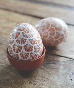Redo för lite mer påskpyssel? Bruna ägg är egentligen vackra som de är så att måla hela äggen kommer inte på tal. Bättre att då använda den bruna färgen som bakgrund. Med vit oljebaserad penna kan...