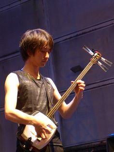 Keisuke Ito - Tsugaru Shamisen player from Japan Violin, Music Instruments, Japan, Poses, Drawing, Musical Instruments, Japanese Dishes, Sketches, Japanese