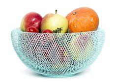 Corbeille à fruit design Nest Bowl en Turquoise ø30 cm des créateurs Allemand Fundamental Berlin. La couleur turquoise se met aux fourneaux pour créer une cuisine originale et tendance.