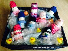 Windelbabies / Windelbabys im Schwimmbad - diaper babies in swim suits/bath clothing and then arranged in a big, flat storage basket to look like a swimming pool; Cute Baby Shower Gifts, Baby Shower Gift Basket, Cute Baby Gifts, Best Baby Gifts, Baby Shower Fun, Baby Shower Parties, Diaper Animals, Diaper Bouquet, Diaper Wreath