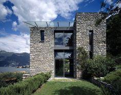 L'edificio sorge a Fiumelatte-Varenna, un comune a pochi chilometri da Lecco, su un lotto molto ripido organizzato a terrazzamenti e con affaccio prevalente verso il lago. L'edificio, compatto e lineare nelle forme, si sviluppa per due piani fuori terra