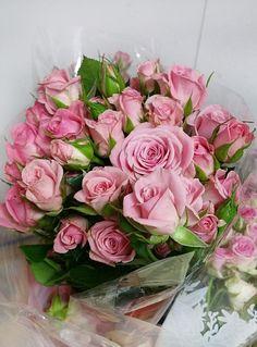Prekrásne ružové ruže ODILIA #flowers #roses #pinkroses #beautifulflower #slovakia #kvetyexpres Floral Wreath, Wreaths, Table Decorations, Roses, Nighty Night, Buen Dia, Good Afternoon, Floral Crown, Door Wreaths