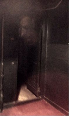 """""""Haz lo que quieras"""" Ghost showing his head while manifesting Ghost Images, Ghost Pictures, Ghost Pics, Spooky Places, Haunted Places, Weird Stories, Ghost Stories, Ghost Caught On Camera, Ghost Shows"""