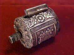 Ruban à mesurer, étui en argent, début de l'époque victorienne, années 1860.      (Fancy 1860s Early Victorian Sterling Silver Sewing) Tape Measure