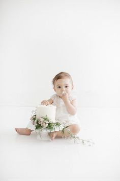 13 Seriously Adorable Cake Smash Photo Ideas for Baby's First Birthday This minimalist baby cake smash photo is stunning. Baby Cake Smash, 1st Birthday Cake Smash, Baby Girl First Birthday, Baby Cakes, Cake Smash Cakes, Baby First Cake, Cake Smash Outfit Girl, Teen Birthday, Birthday Cakes