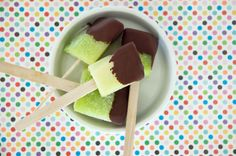 Det ligner en sportsis lavet på grøn sodavand, men det er det ikke – men det smager helt fantastisk sødt, koldt og friskt. Og så er det sundt! Husker I den vandmelon is jeg lavede af friske hele stykker vandmelon. Det var et hit og disse grønne … Læs resten → Smoothie, Ice Ice Baby, Popsicles, Sorbet, Superfood, Recipies, Deserts, Tapas, Food And Drink