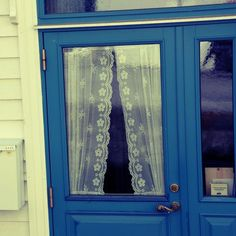 love the door color and the lace curtains. image from http://dispatchfromla.typepad.com