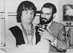 Roberto Carlos se intimida diante de José Mojica Marins, o Zé do Caixão, no registro raro de 1978