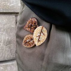 Маленькие и очень аккуратные листочки:) На фото представлен один из вариантов как можно носить броши, приколоть на карман Цена листика 400 грн. #vsisvoi #kiev#киев#украина #ukraine#vscoukraine #брошьлилия #musthave #likeforlike #брошь #броши #брошьручнойработы #вышивкабисером #брошьизбисера#брошьцветок#цветокизбисера#анютиныглазки#handembroidery #брошькапкейк #brooches#broochhandmade #brooch#luneville#вышитыеброши #jewelerydesign #embroidered #брошьптица#bird#embroidery