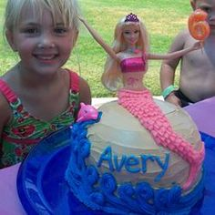 Here in Miami, people manage to get thier birthday cakes from the neighborhood chain Supermarket. Barbie Cake, Barbie Dolls, Pretty Cakes, Cute Cakes, Barbie Birthday, Mermaid Birthday, Homemade Birthday Cakes, Mermaid Cakes, Delicious Cake Recipes