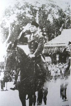Bung Karno duduk diatas punggung kuda. 5 oktober 1946