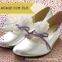Acabe com o mau cheiro dos sapatos, ou se preferir o inimigo chulé! Coloque dentro deles saquinhos de tecido ( ou filtro de café) com bicarbonato de sódio e guarde-os no armário. Simples assim!