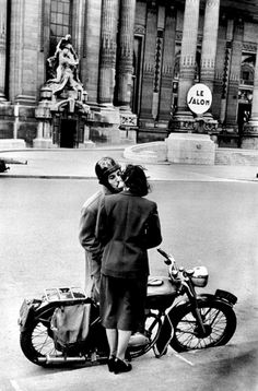 Henri Cartier-Bresson, in front of le Grand Palais, Paris, © Henri Cartier-Bresson/Magnum Photos. Candid Photography, Vintage Photography, Street Photography, Abstract Photography, Robert Doisneau, Magnum Photos, Henri Cartier Bresson Photos, Photo Couple, Vintage Paris