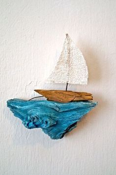 Simple wall piece made of painted driftwood and diy sailboat! Simple wall piece made of painted driftwood and diy sailboat! Simple wall piece made of painted driftwood and diy sailboat! Simple wall piece made of painted driftwood and diy sailboat! Beach Crafts, Diy And Crafts, Arts And Crafts, Cork Crafts, Wooden Crafts, Seashell Crafts, Paper Crafts, Driftwood Projects, Driftwood Art