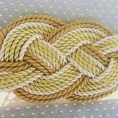 Cinturon hecho a mano con cordón de seda tonos dorados