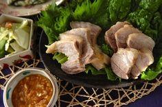 柔らかくゆでた豚肉にみそをつけてサンチュを巻いていただきます。煮汁はスープに!一度で二品完成。