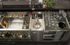 Quầy pha chế của một quầy bar tương đối nhỏ, tiện lợi, với kệ ly, thùng rác bên dưới. LH 0902 680 199