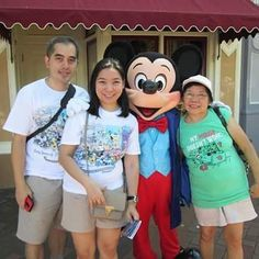 A pic with Mickey Mouse at Disneyland California. Just read my mom's shirt.  @disneylandcalifornia #mickeymouse #disneylandparkcalifornia #mymousedoesntwork by sph8ynx