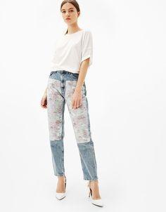 Jeans Mom Fit jacquard. Descubre ésta y muchas otras prendas en Bershka con nuevos productos cada semana