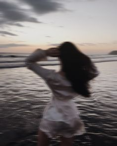 Blurry Girl at the Ocean Aesthetic Photo, Aesthetic Girl, Aesthetic Pictures, Kelsey Simone, Insta Photo Ideas, Foto Pose, Jolie Photo, Ocean, Photoshoot