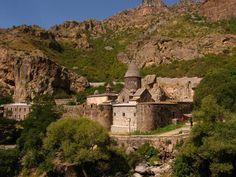 صومعه گقارد و دره علیای آزات شامل تعدادی کلیسا و مقبره است، که اکثر آنها از میان سنگ های دست نخورده تراشیده شده اند و گویای معماری قرون وسطی ارمنی است.