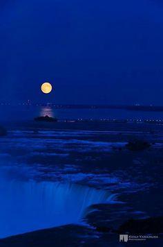 Niagra Falls by moonlight