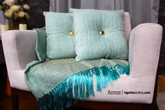 Combinação sofisticada com peças que podem trazer muita cor à sua decoração: as lindas mantas e almofadas   Veja mais almofadas aqui: http://www.tapetesonline.com/almofadas