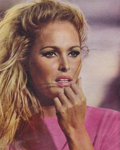 Ursula Andress - Love her bronzed look with pink and blond/brown combination. She's just as beautiful without any makeup. Hollywood Glamour, Hollywood Stars, Old Hollywood, Ursula Andress, Bio Make Up, Make Up Workshop, Jeanne Moreau, Divas, Vintage Mode