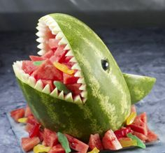 Great for summer pool party! Watermelon Shark - great for a pool party! Wish I knew to do this when I was with Classic Casseroles on the Vineyard. it would have been perfect for the parties we catered the year they were filming Jaws! Cute Food, Good Food, Awesome Food, Awesome Art, Watermelon Carving, Shark Watermelon, Carved Watermelon, Watermelon Ideas, Watermelon Basket