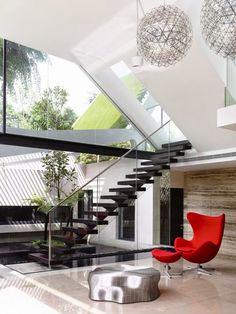 modern staircase design: central stringer staircase design with handrail Modern Interior Design, Interior Architecture, Interior And Exterior, Luxury Interior, Modern Interiors, Contemporary Interior, Decoration Inspiration, Decoration Design, Class Decoration