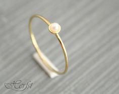 Ein echtes Geschenk für sich selbst oder jemand anderes! Dieses schöne kleine 14k solid goldener Ring mit einer wunderbaren Süßwasser Perle.