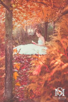 Senior Portrait of girl reading in the Autumn forest with leaves changing and making the world feel like fall.  Senior picture by Luxe Photography by Sindi Mueller.  http://www.luxebysm2.com