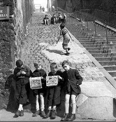 Les enfants de Montmartre, rue Gabrielle, près des escaliers de la rue Chappe.  Une photo de © Denise Colomb, 1951.