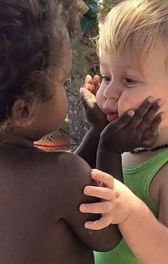 Imagem fofa entre crianças brancas e negras