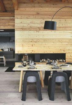 Salle à manger avec un mur en mélèze. Plus de photos sur Côté Maison http://petitlien.fr/7pqv