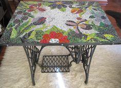 mesa de fierro (antigua máquina de coser), con aplicaciones de vidrio de colores, vitro mosaico en su cubierta. Realizado por Cintia Gayoso N.