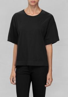 A classic cotton t-shirt featuring a loose-fit, breezy wide sleeves and a slightly longer hemline back.