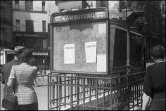 Affiches du Comité Parisien de Libération, Des passants lisent les affiches à la station de métro Rambuteau (roger parry) 1944