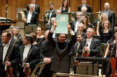 Vladimir Jurowski ridicând partitura Simfoniei Nr. 3 de Enescu, Londra, 2015 - (c) Foto: Cristian Alexa Festival Hall, Halle, Georgia, Concert, News, Concerts