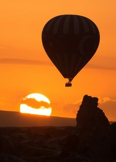 Nevşehir, Turquia. Os imagináis estando en ese globo con vuestra pareja? Un momento mágico sin duda <3
