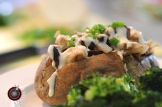 I love a good stuffed baked potato. This one is full of roasted chicken, garlic, mushrooms, sweet onion… Garlic Mushrooms, Stuffed Mushrooms, Potato Recipes, Potato Meals, Good Food, Yummy Food, Yummy Recipes, Stuffed Baked Potatoes, Chicken Alfredo