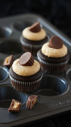 Oooo! I know just who would like these... can't wait to make these 4.... ! Mini #chocolate and #peanut butter #cupcakes [recipe in English].